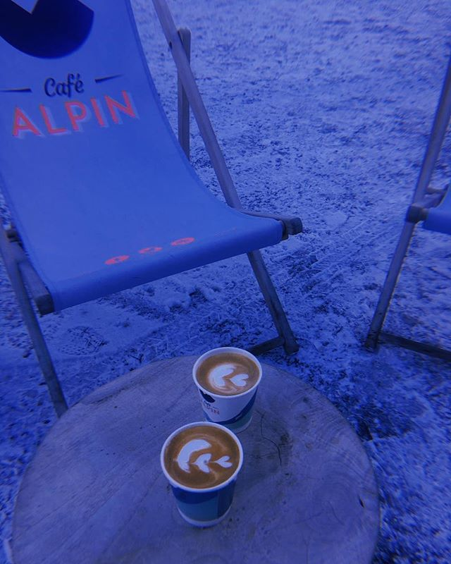 Bonjour à tous! 👋A little macchiato to start your day of ⛷🏂? #espressomacchiato #macchiato #minicappucino #coffeeandskiing #cafealpin #chamonixmontblanc #montblancnaturalresort #latteart #barista #baristalife