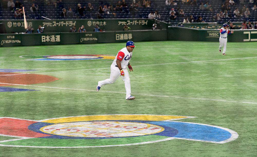 Alfredo Despaigne Battflip ; Tokyo, Japan; March 10, 2017