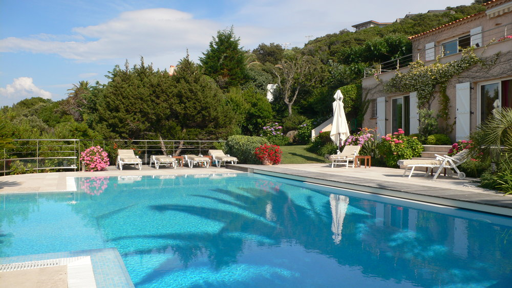 Pool und untere Terrassen