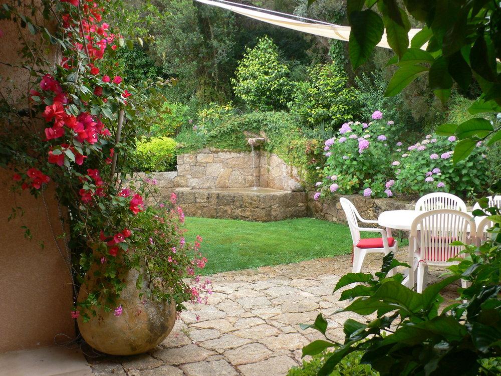 Fontaine et terrasse d'entree