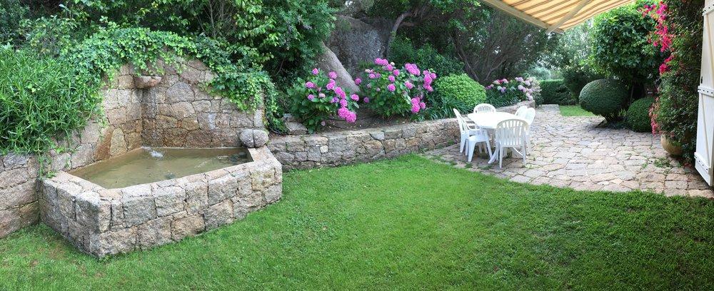 Fontaine et jardin arriere
