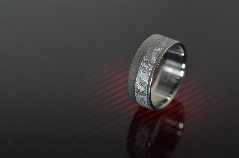 darvier-gibeon-meteorite-titanium-rad-ring.JPG