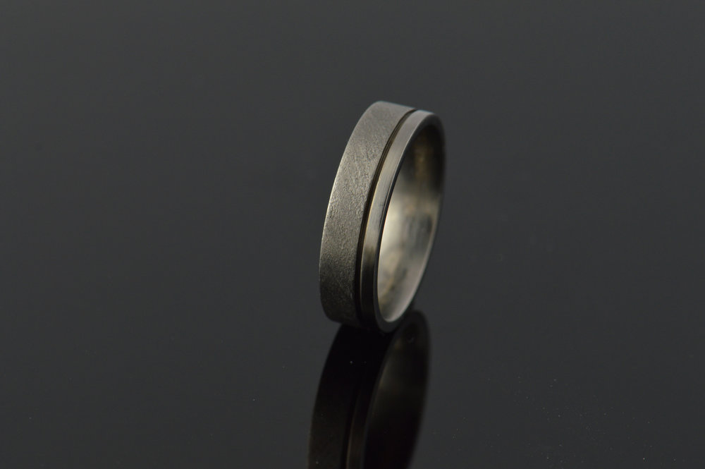 darvier-titanium-offset-channel-ring.JPG