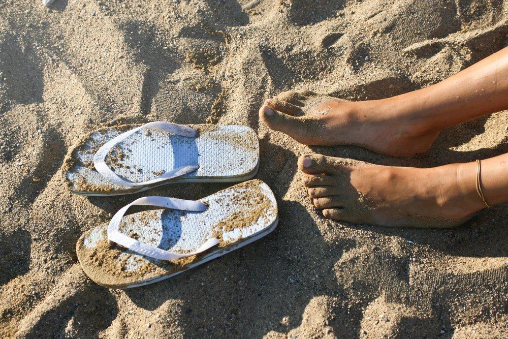 beach-feet-flip-flops-1023642.jpg