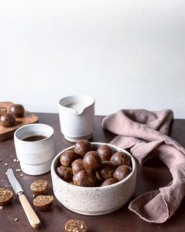 Can't have enough ...oh my! Have you tried our liquorice balls? They are addictive. And good for the digestion! Gooey fudge packed with liquorice root and vanilla. Make them yourself with our recipe! Or order and stack up your freezer 😋 #rågodt #osloraw Photo: @linedammen