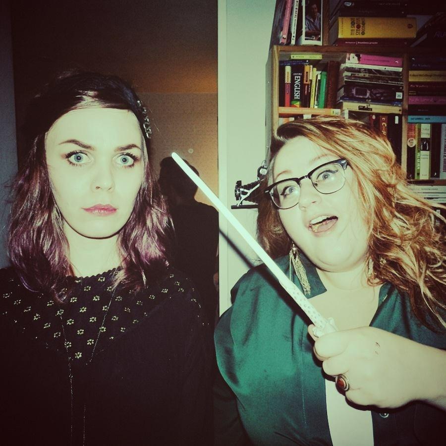En bild av mig och min bloggkompis Linnea  från min 26årsfest med tema Harry Potter, tagen med Linneas kamera, men av vem minns jag inte.