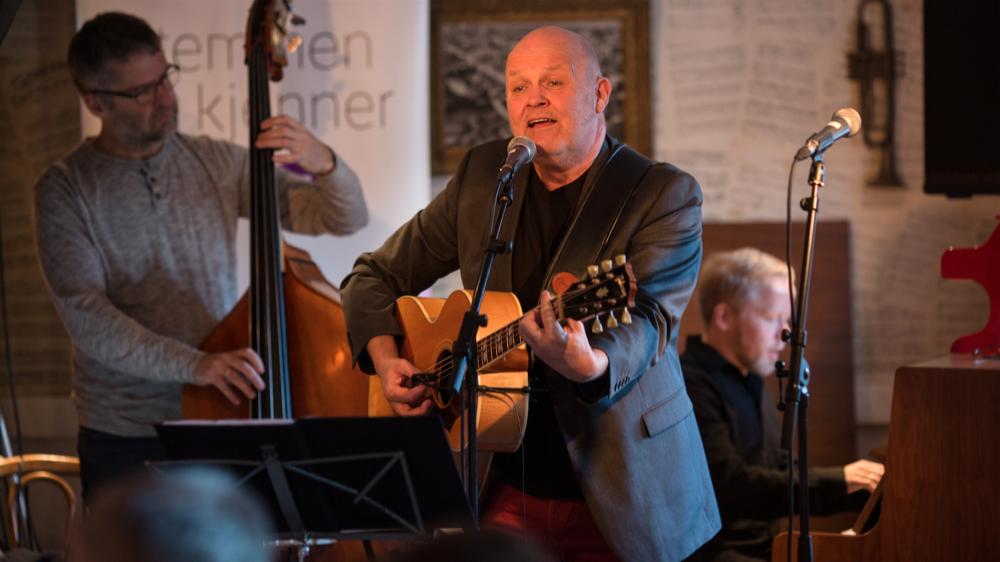 Programleder Guren Hagen, bass Kjetil Sandnes, piano Åsmund Flaten. FOTO Erlend Lånke Solbu, NRK.