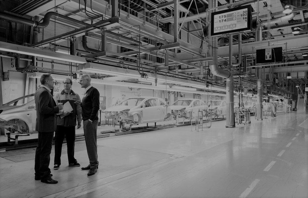 DHL - WERK: Deutscher Autobauer in Bratislava, SlowakeiFUNKTION: Verantwortlich für die werksinterne Logistik für die Produktion von Kraftfahrzeugen in den Bereichen Wareneingang, Lagerhaltung, direkte Anlieferung von Motoren, Getrieben und anderen Fahrzeugteilen direkt an die Produktionslinien gemäß ProduktionsplanLEISTUNG: Logistik für 200.000 Fahrzeuge / Jahr (2016)BELEGSCHAFT: 1.200 Mitarbeiter