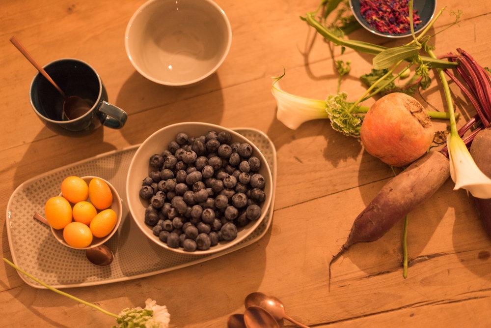 Heidelbeeren und Gemüse auf einem Holztisch