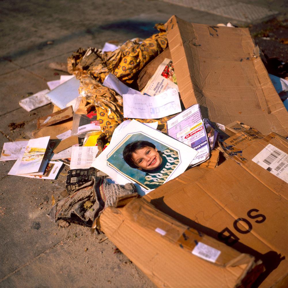 Garçon à la poubelle