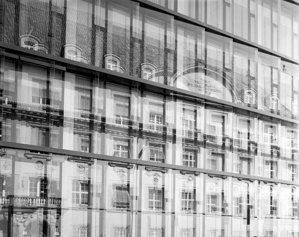 Spiegelung der Fassade des Munich RE Hauptgebäudes, Königinstraße 2017 München