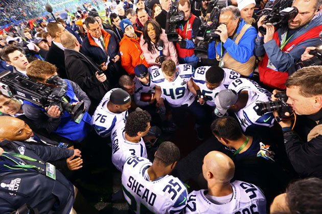 Seahawks-praying.jpg