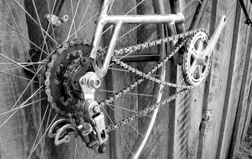 Retro direct drives use two singlespeed freewheels, one small (high gear) and one large (low gear), mounted on the drive side of the rear hub. To change gears, the rider simply changes pedaling direction from forwards to backwards or vice versa.