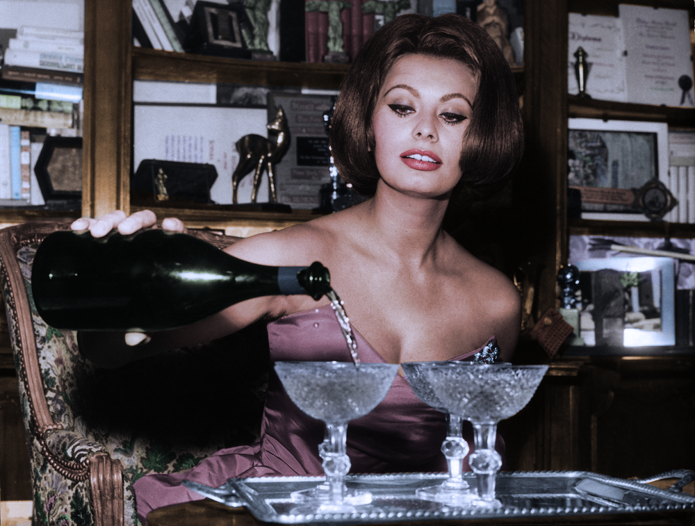 Italian actress Sophia Loren pouring champagne 1963.png