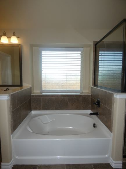 MAster Bath Tub 901 Elk Ridge Drive .JPG