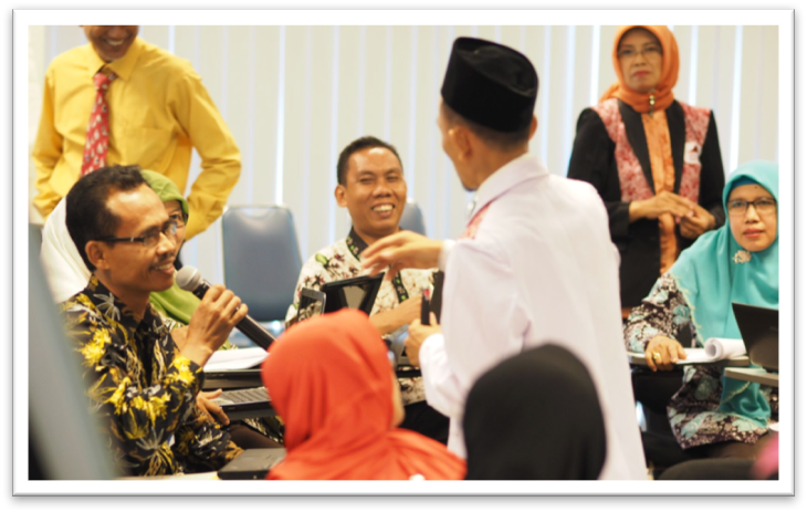 Pak Nur inspires other teachers during a workshop on creating and utilizing whiteboard animation as teaching aids, organized by the Kudus Teacher Learning Center.