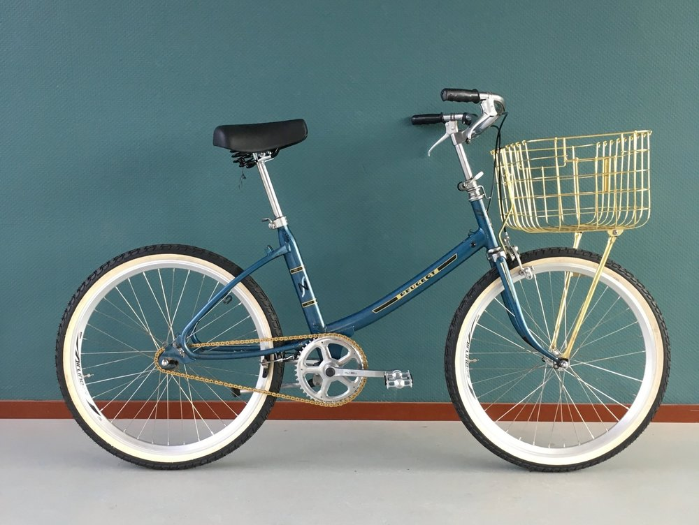 Peugeot nouveaustyle - Citybike single speedSize small [riders < 180cm]Completely refurbishedEverything new except for the frameTires Continental Tour RideSaddle Selle RoyalBasket Basil, Chain KMCWheelset Quando€350,-