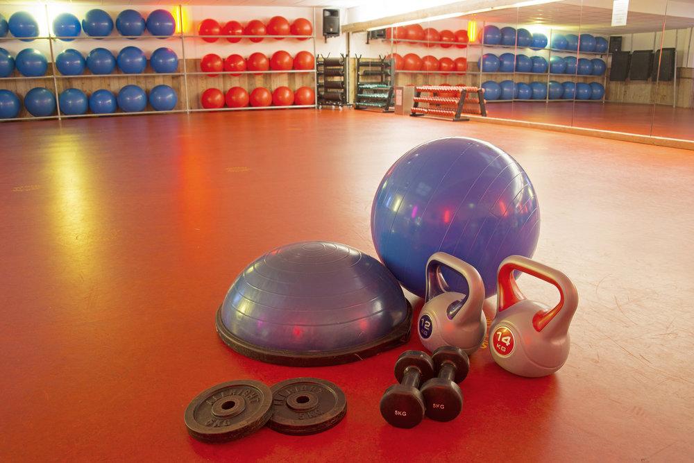 variatie in oefeningen - met bosu, fitbal, kettlebell, barbell en dumbbells