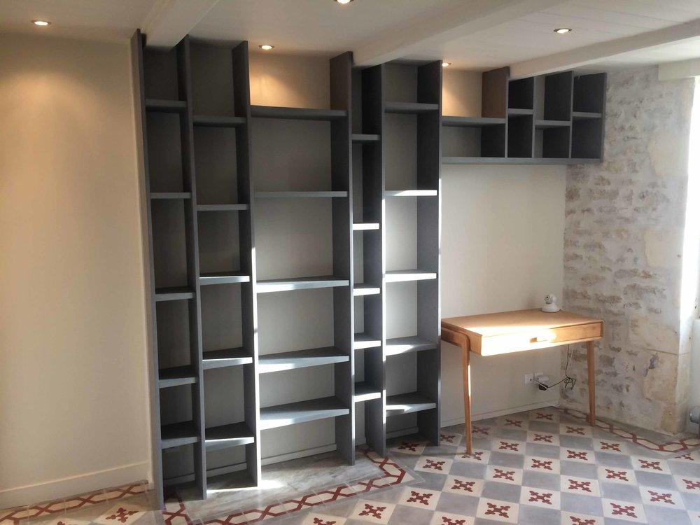 Bibliothèque en médium teinté