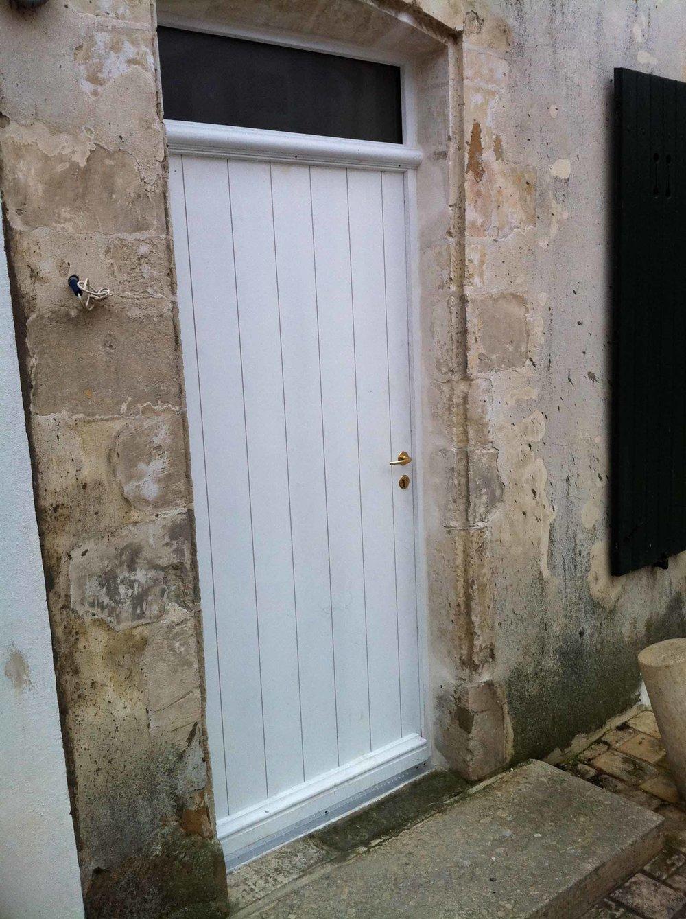 Porte pleine bois à lames verticales