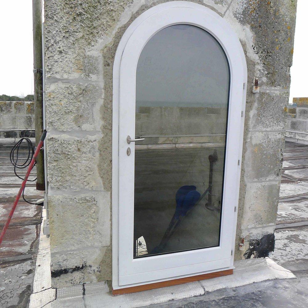 Porte bois vitrée en anse de panier