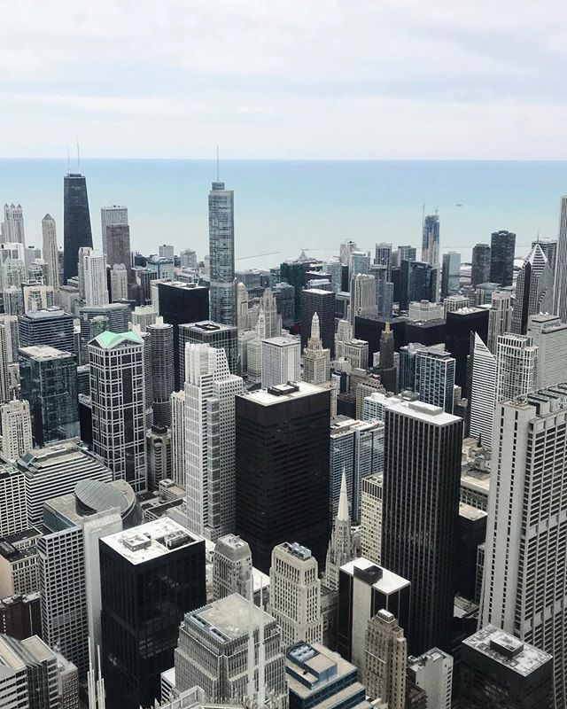 A bird's eye view of the concrete jungle. Until next time, Chicago✌🏼 . . . . #chicago #willistower #skydeckchicago #cityscape