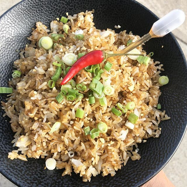 Garlic Fried rice 🍚! Same look improved flavour. 🤭🍗 🇵🇭 . . . . . . #yegfood #yeglunch #filipinofoodmovement #uglydeliciousfood #yegfoodie