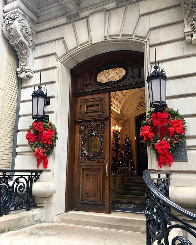 Christmas à la Upper East Side ✨❤️🎄#prewar #townhouse #elegance #nycchristmas