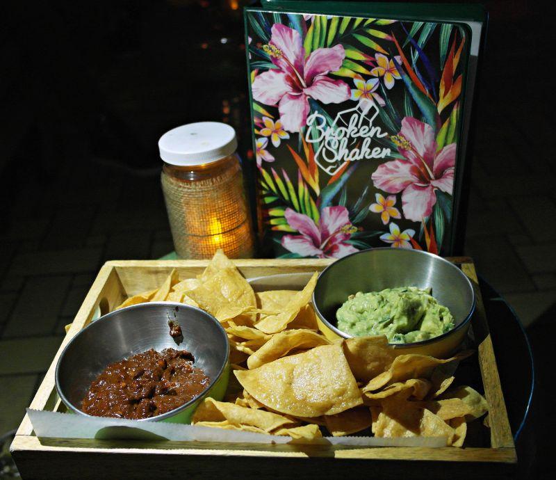 Tortilla chips w/ Salsa & Guacamole