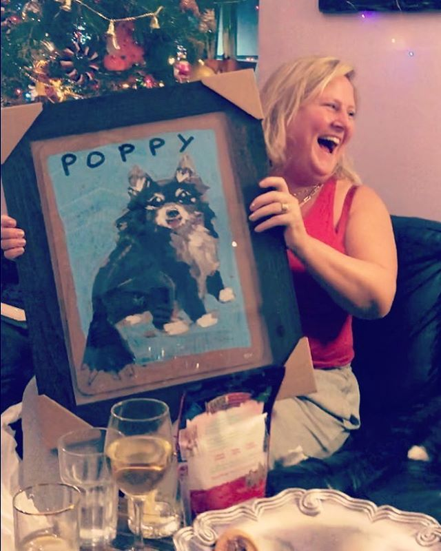 🎅🏼 Santa surprised  @bridgeteverett & her daughter @poppy_louise with a PET PORTRAIT by @benlenovitz from @fishseddynyc 🎁 Happy Holidays! #showbiz #goodatnaps