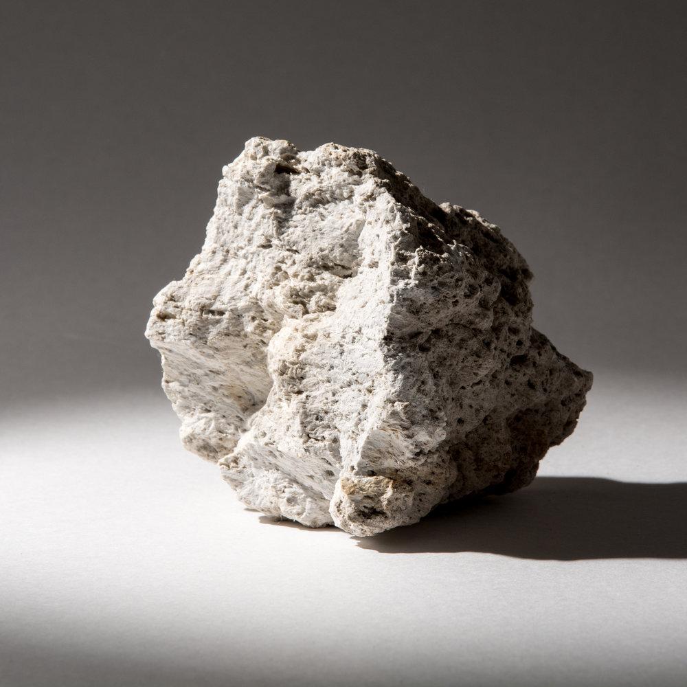 【シラスの原石】  1. 火山ガラスによる高い断熱性  2. 多孔質構造による吸放湿性能  3. 溶結凝灰岩によるエイジング効果  4. 優れた加工性による製造展開性  5. 軽石による軽量