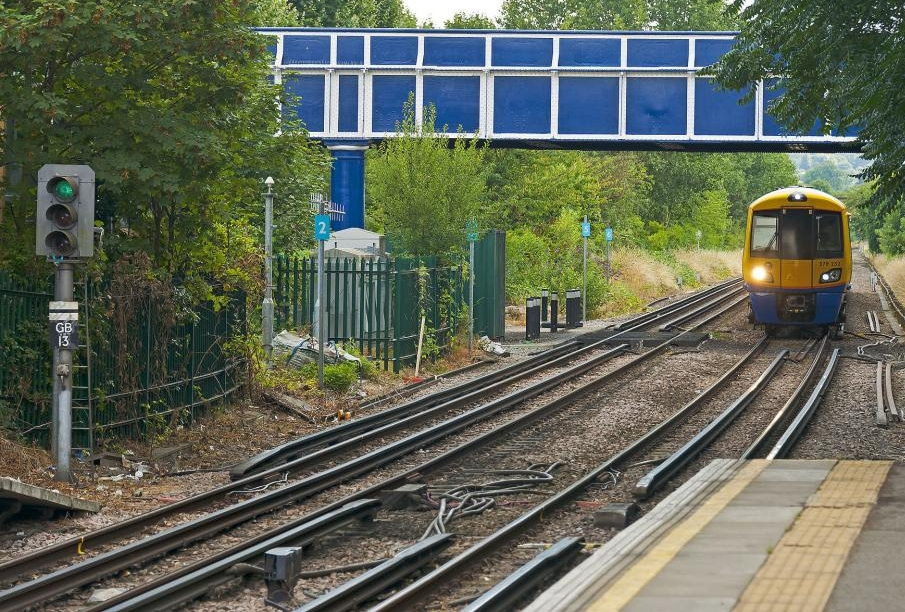 isobritannia-london_overground_train_approaching_kew_gardens_station_from_south.jpg