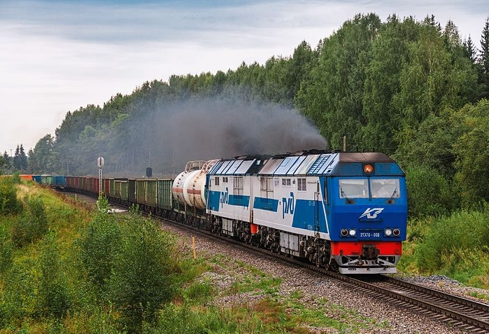 venaja-diesel_veturi-2te70-008_with_freight_train_velsk_station_arkangel.jpg