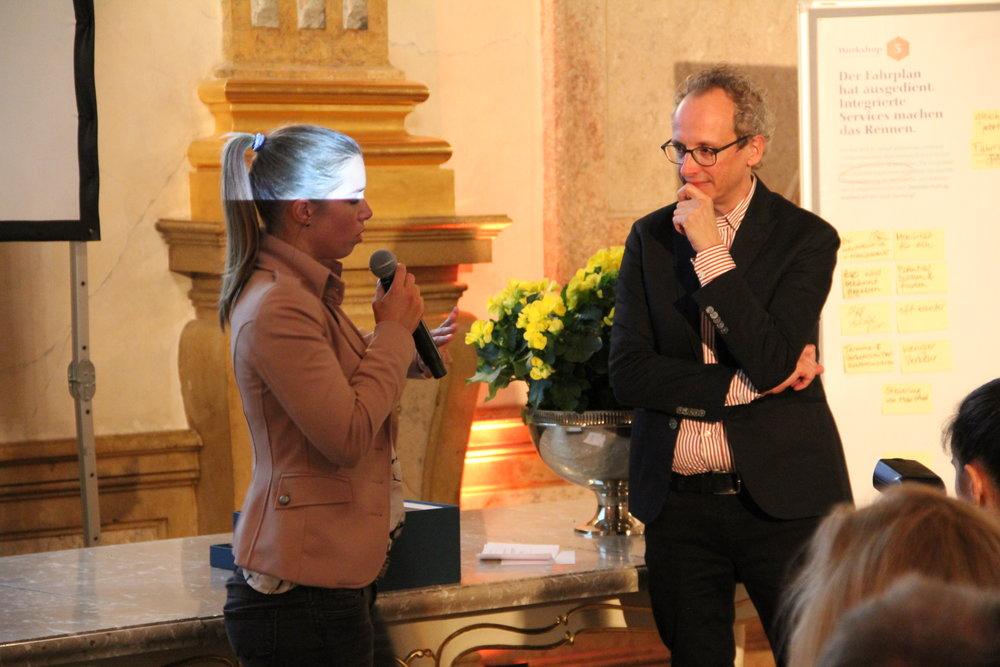 Gemeinderätin Johanna Schnellinger nimmt für die Stadt Salzburg die fünf Aufträge entgegen.