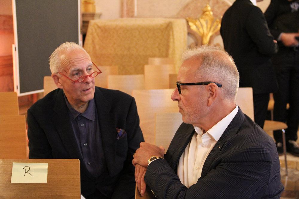 Die Denkfabrikanten Heinz Vögeli (Links) und Bruno Perucchi im angeregten Austausch.