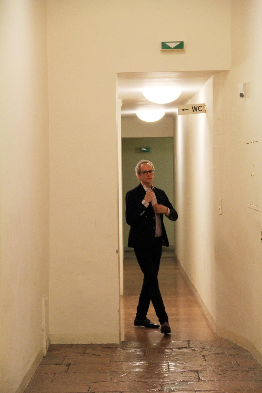 Moderator Hannes Hug auf dem Weg zum Auftritt.