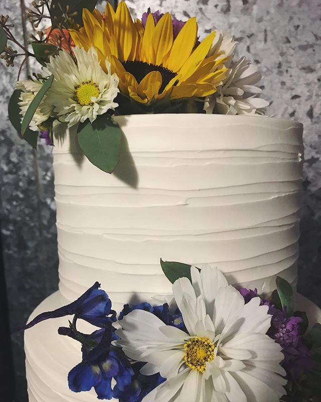Fresh Flowers can make or break a cake #butterybakery