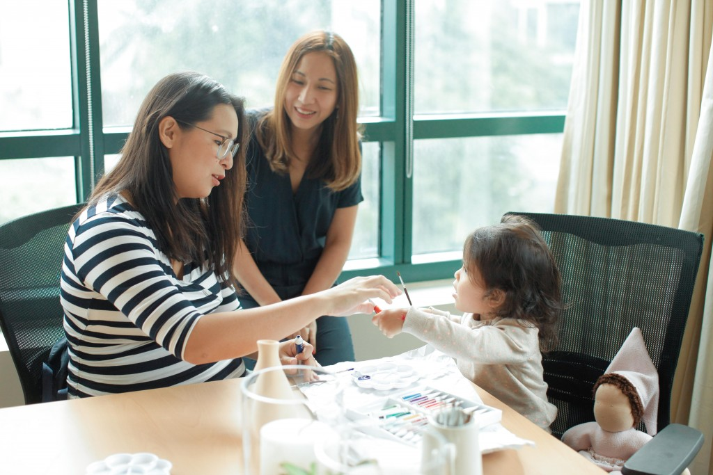 Mommy Mundo's Janice Villanueva joins Monica Manzano and her daughter in the painting session