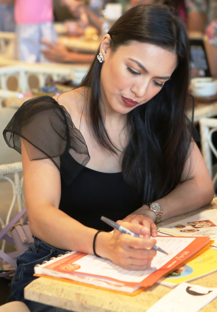 Celebrity mom Ciara Sotto during one of the workshop activities at the Mindful Mom Re-Treat by Mommy Mundo and PLDT Home Fibr.