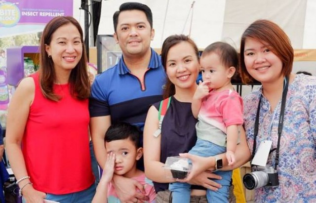 Mommy Mundo Founder Janice Villanueva with blogger Chessy Alejandro and her family and RJ Dancel