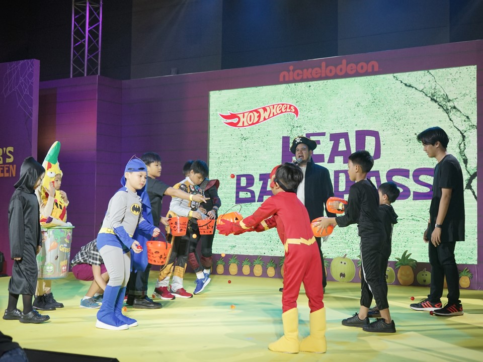 Active play at work in the onstage activity called, Head Ball Pass. This was just one of the many onstage activities that had Nickster participants giving it their all as audiences cheered them on.