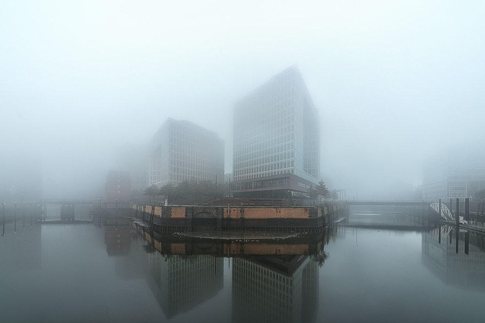 Spielgelhaus-Hamburg-im-Nebel-Architekturfotografie-Hamburg-Jens-Hannewald_005.jpg