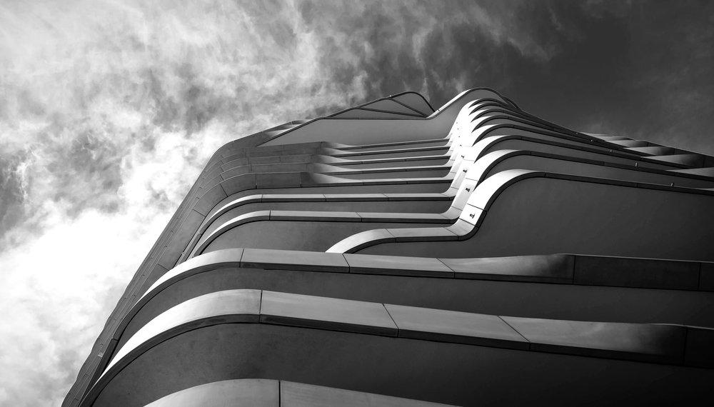 Schwarz-Weiss-Bild-Häuserfassade-Hamburger-Hafencity-Architekturfotografie-Hamburg-Jens Hannewald_7006.jpg