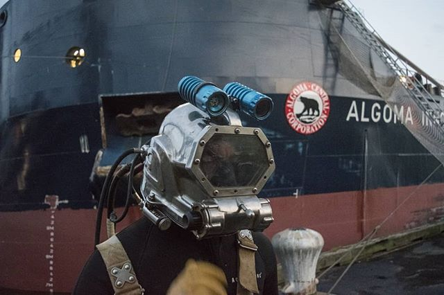 Fun dive with a Kraken Torch and camera setup, removing a 5 ft twisted tree trunk from the bow thruster of the Algoma Innovator. Eventually wrestled the log out after changing the pitch of the prop while applying pressure with a crowbar. The marine engineer was so happy he gave us a full tour of the self discharging bulk carrier. Amazing view from the bridge of the ship👍