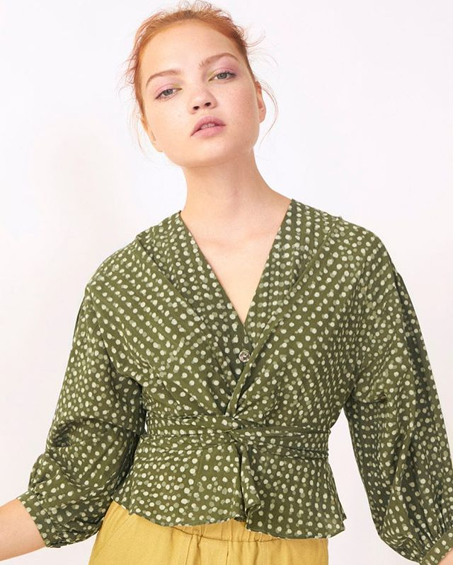 Ray blouse in olive dots, perfect for spring and on sale ✨