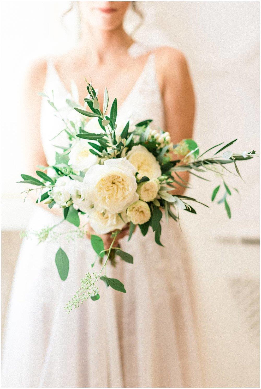 Bride bouquet in chateau de Robernier