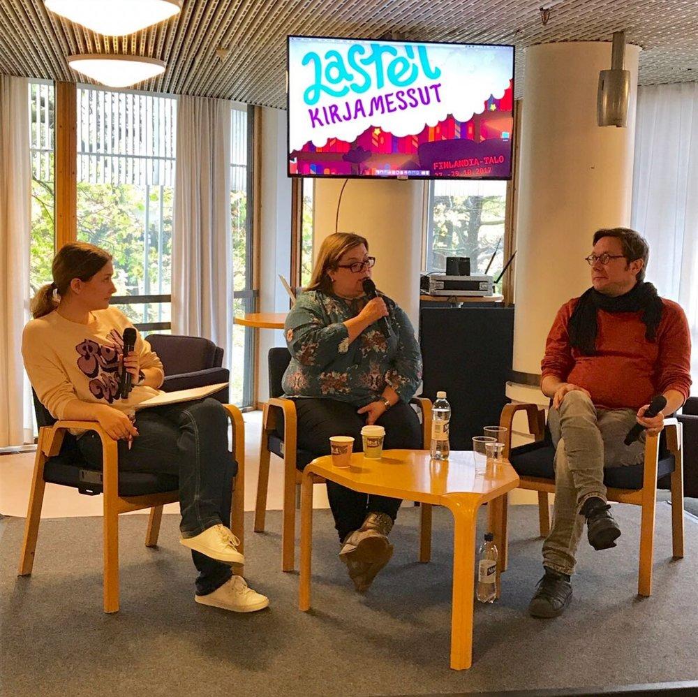 Bloggari Tiia Aaltonen sekä äidit ja isät keskustelevat siitä, mitä heidän kotonaan luetaan.