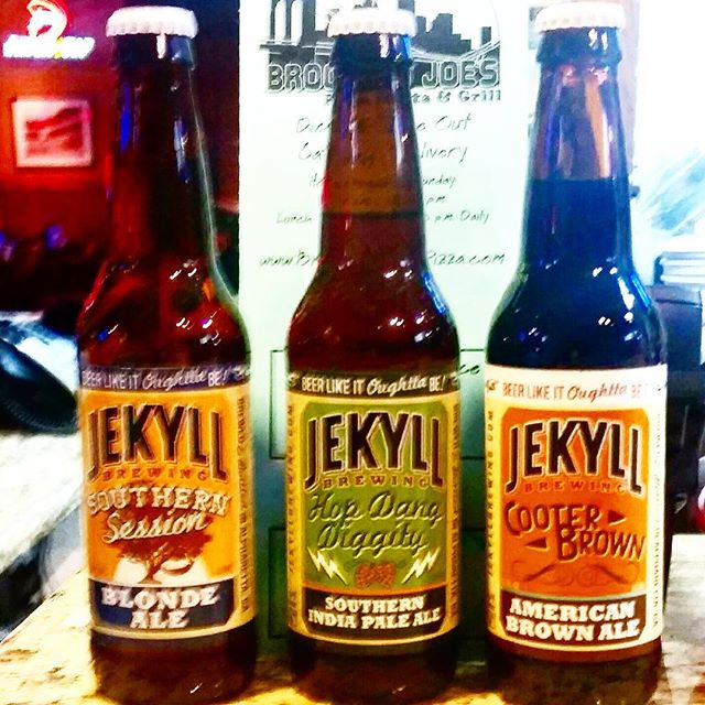 Come grab a cold one and watch the football games with us this weekend! 🍻🏈 @jekyllbrewing  #brooklynjoespizza #italianfood #beer #sports #jekyllbrewing #comeonecomeall