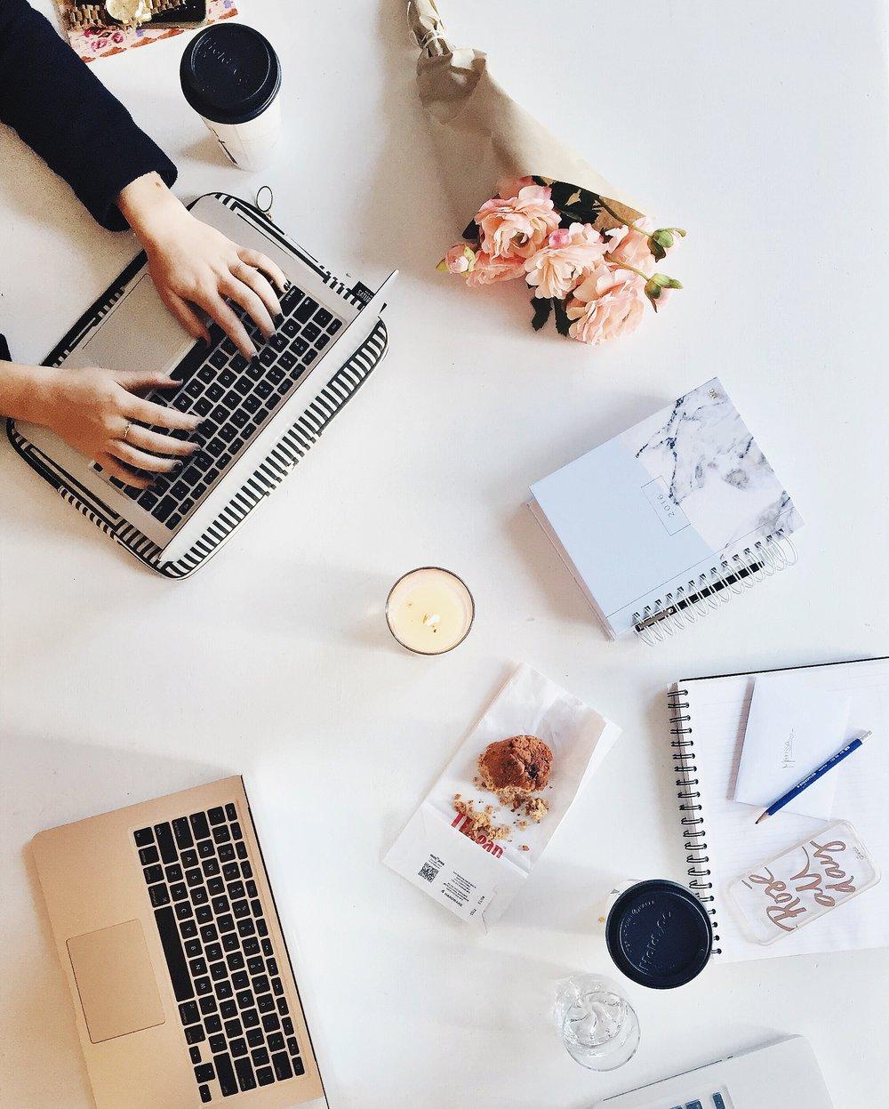 Een klein en toegewijd team op maat - Katrien geeft samen met content creator Romy vorm aan jouw verhaal.Daarnaast kan Katrien rekenen op haar ervaren netwerk dat zij de afgelopen tien jaar heeft uitgebouwd. Op basis van je project en budget stelt zij het juiste team samen.