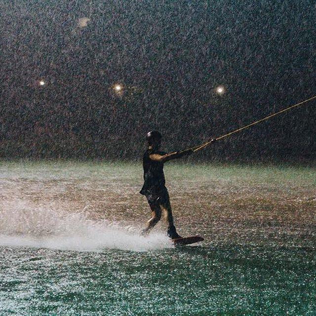 Raining 💦 who care? 😁 #twplumlukka #thaiwakepark #bestwakepark #twp  #Repost @taetae.n ・・・ ปะทะเม็ดฝนขนาดนี้ ถามว่าเจ็บหน้ามั้ย? #wakeboarding  #thaiwakepark